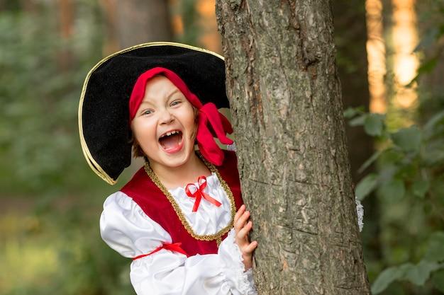 Vooraanzicht van het concept van het kleine piraatmeisje