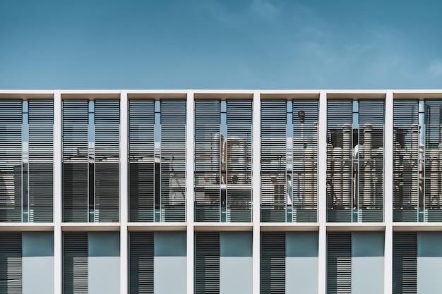 Vooraanzicht van het dak van een stedelijk gebouw