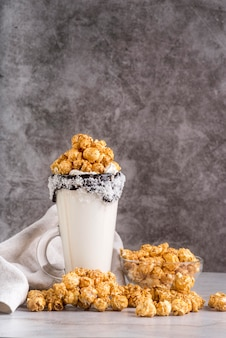 Vooraanzicht van het dessert in pot met popcorn