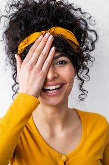 Vooraanzicht van het gelukkige vrouw lachen