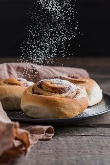 Vooraanzicht van het heerlijke concept van kaneelbroodjes