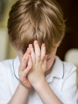 Vooraanzicht van het kleine jongen bidden