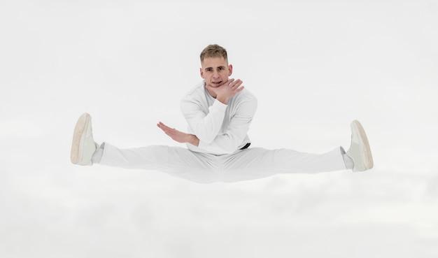 Vooraanzicht van het mannelijke danser stellen in de lucht