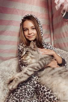 Vooraanzicht van het meisje en de kat