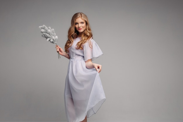 Vooraanzicht van het model in lange jurk kijken