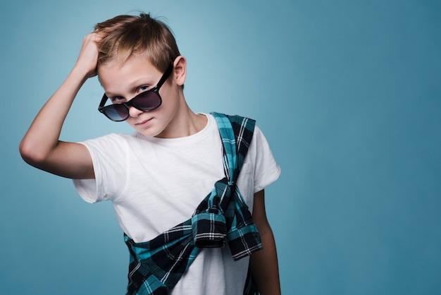 Vooraanzicht van het moderne jongen stellen