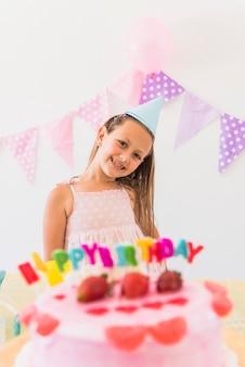 Vooraanzicht van het mooie meisje stellen in verjaardagspartij