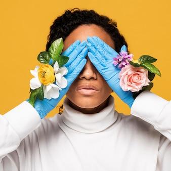 Vooraanzicht van het mooie vrouw stellen in bloemenhandschoenen
