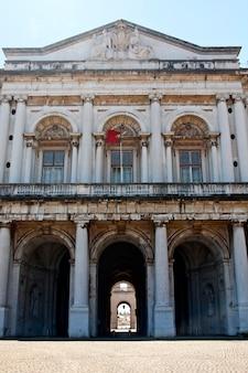 Vooraanzicht van het nationale paleis van ajuda gelegen op lissabon, portugal.