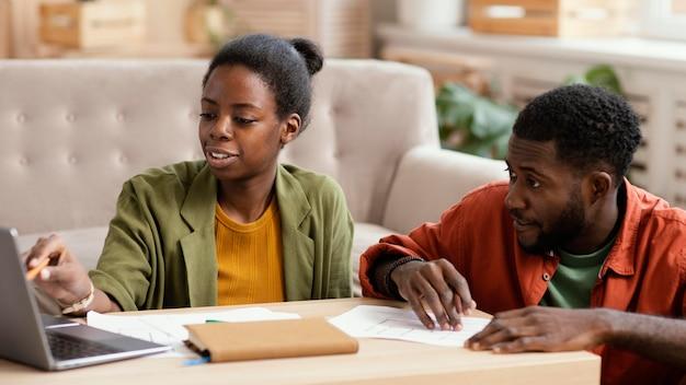 Vooraanzicht van het paar dat plannen maakt om samen huis te renoveren