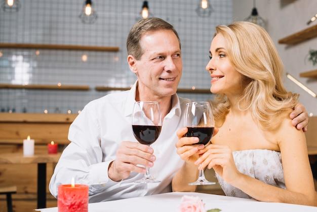 Vooraanzicht van het paar tijdens het diner