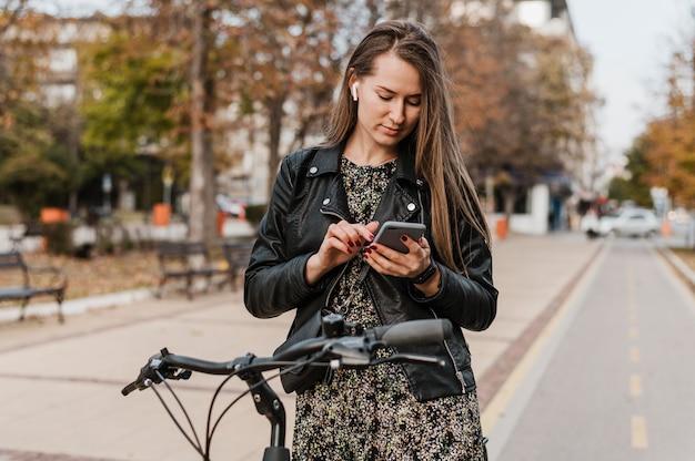 Vooraanzicht van het stadsleven van de fiets