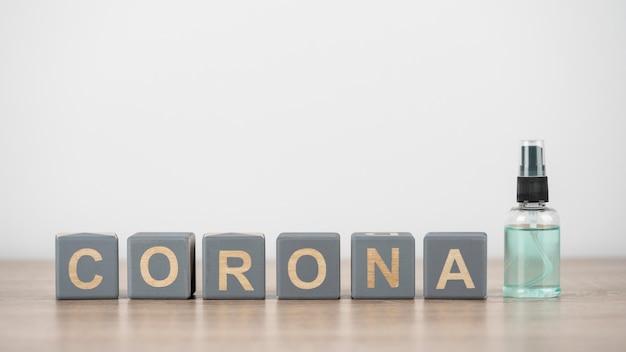 Vooraanzicht van houten kubussen met corona en handdesinfecterend middel