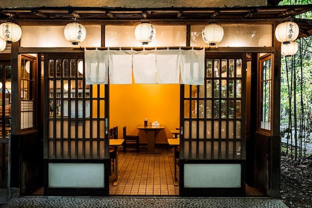 Vooraanzicht van ingang van japanse tempel