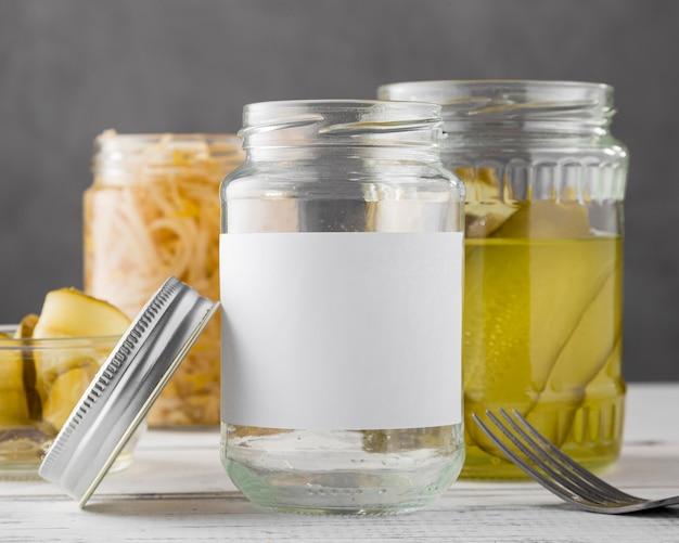 Vooraanzicht van ingemaakte groenten in duidelijke potten