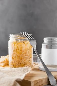 Vooraanzicht van ingemaakte groenten in glazen pot