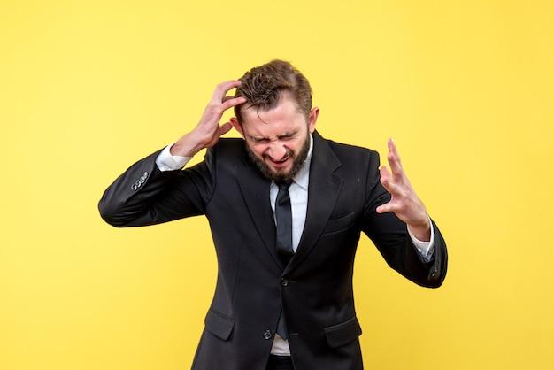 Vooraanzicht van jonge man zakenman gek op gedachten over geel