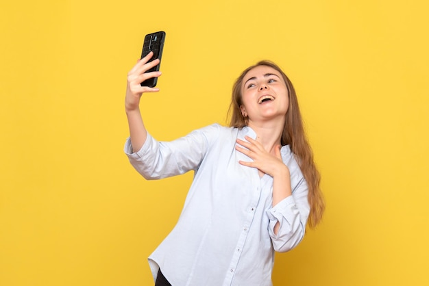 Vooraanzicht van jonge vrouw die selfie neemt
