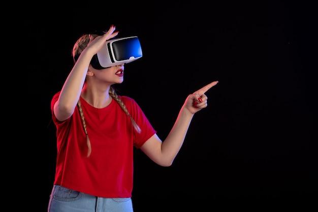 Vooraanzicht van jonge vrouw die vr speelt op echografie van donkere fantasie visuele games