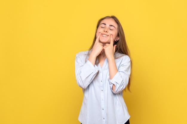 Vooraanzicht van jonge vrouw die zichzelf aan het lachen maakt