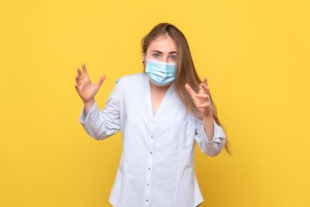 Vooraanzicht van jonge vrouw in masker