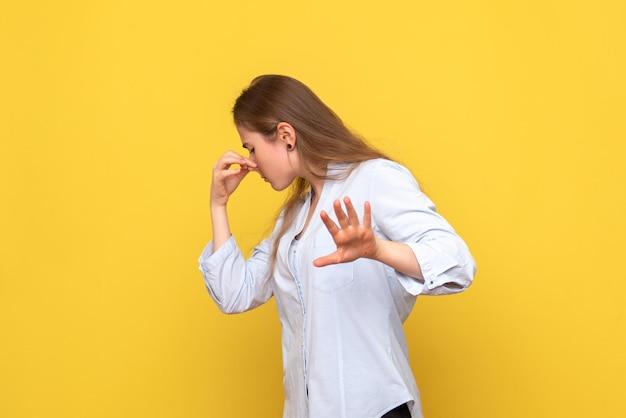 Vooraanzicht van jonge vrouw met knijpende neus