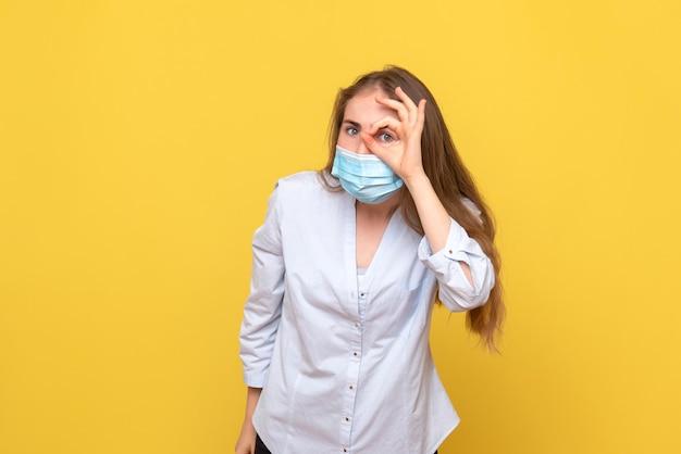 Vooraanzicht van jonge vrouw met masker