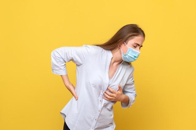 Vooraanzicht van jonge vrouw met rugpijn