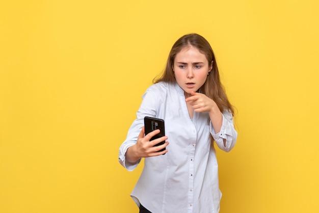 Vooraanzicht van jonge vrouw met telefoon