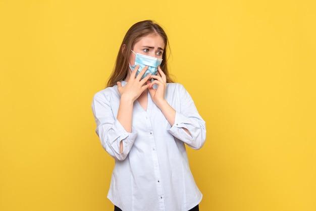 Vooraanzicht van jonge vrouw nerveus in masker