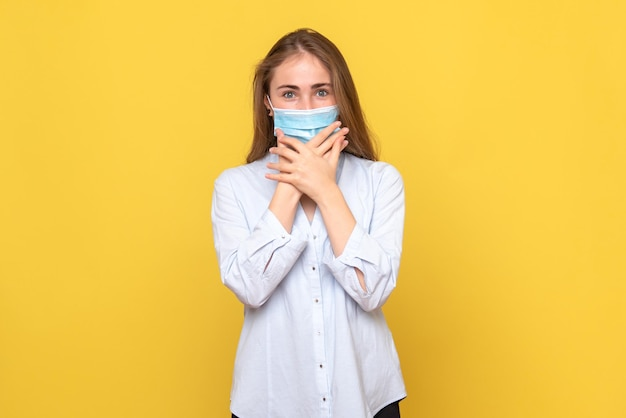 Vooraanzicht van jonge vrouw opgewonden in masker