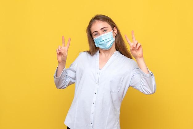 Vooraanzicht van jonge vrouw poseren in masker