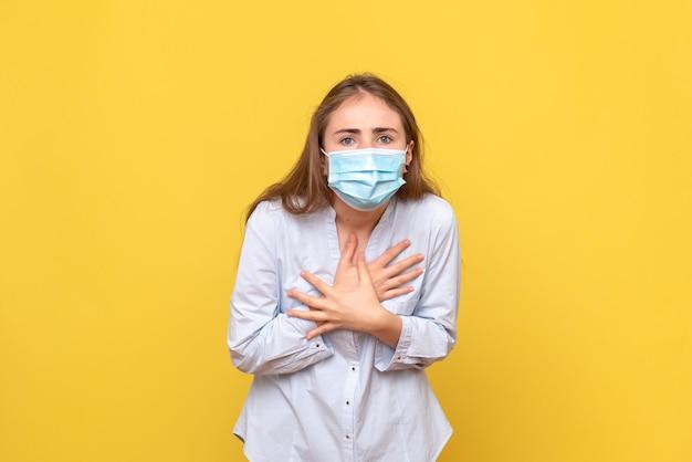 Vooraanzicht van jonge vrouw verward in masker