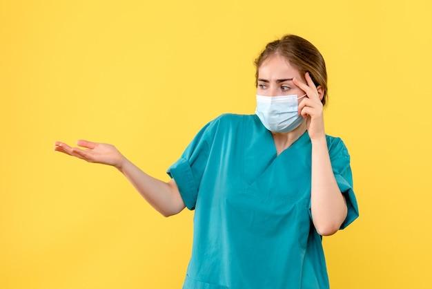 Vooraanzicht van jonge vrouwelijke arts benadrukt