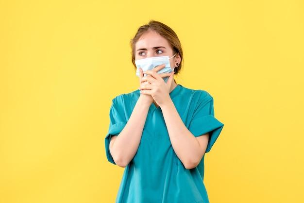 Vooraanzicht van jonge vrouwelijke arts bezorgd
