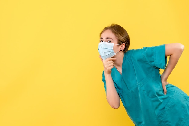 Vooraanzicht van jonge vrouwelijke arts denken