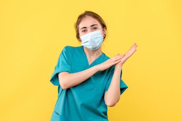 Vooraanzicht van jonge vrouwelijke arts die klapt