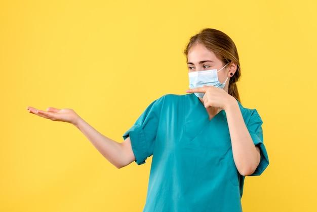 Vooraanzicht van jonge vrouwelijke arts die lacht
