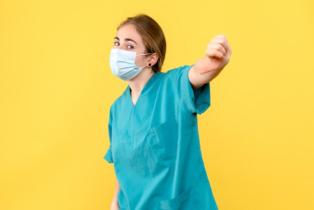Vooraanzicht van jonge vrouwelijke arts in masker