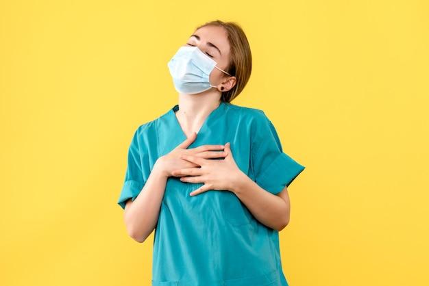 Vooraanzicht van jonge vrouwelijke arts opgetogen