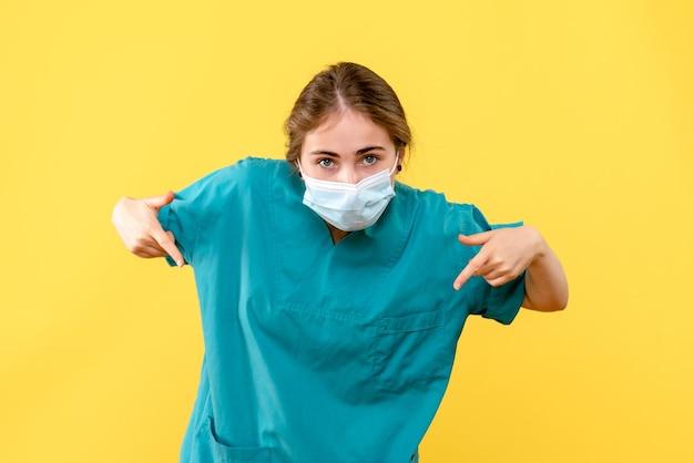 Vooraanzicht van jonge vrouwelijke arts poseren