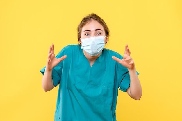 Vooraanzicht van jonge vrouwelijke arts