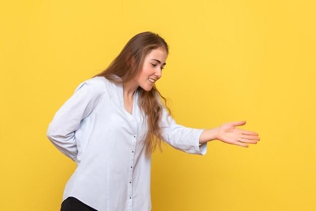 Vooraanzicht van jonge vrouwelijke handen schudden