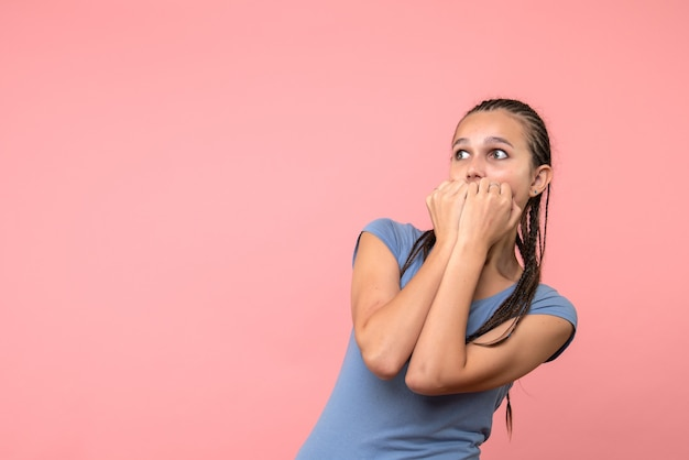 Vooraanzicht van jonge vrouwelijke zenuwachtig op roze de emotiemodel van het jeugdhaar