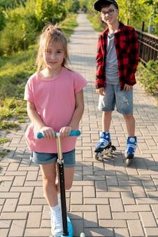 Vooraanzicht van jongen en meisje in park