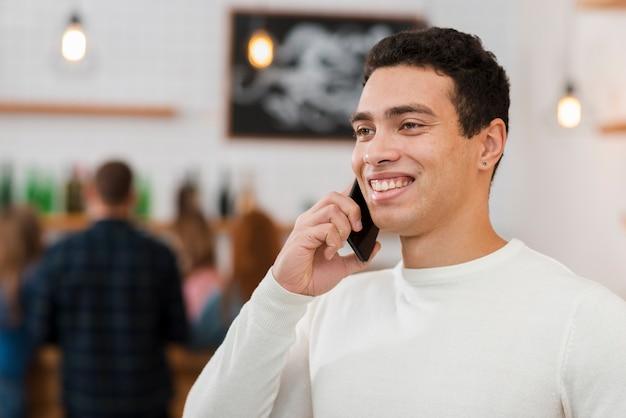 Vooraanzicht van jongen praten aan de telefoon