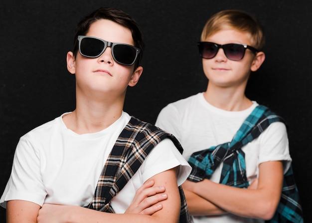 Vooraanzicht van jongens met zonnebril