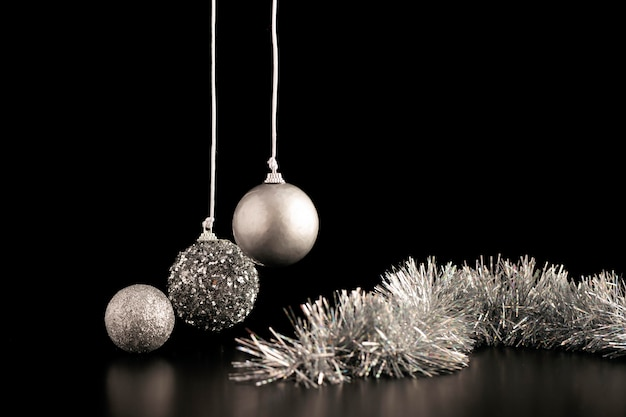 Vooraanzicht van kerstmisornamenten met klatergoud