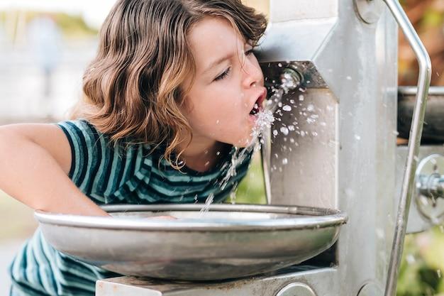 Vooraanzicht van kind drinkwater