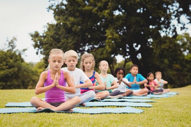 Vooraanzicht van kinderen die yoga doen
